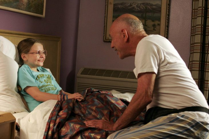 Escena de la película my little sunshine. Ninca recostada conversando con su abuelo