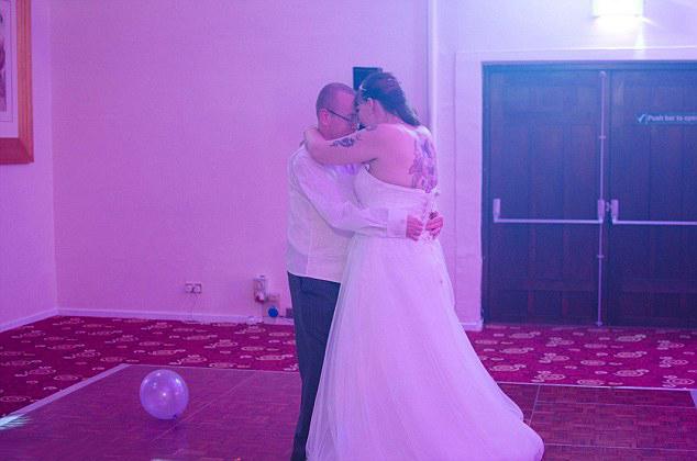 Pareja que recibió desastrosas fotografías de su boda