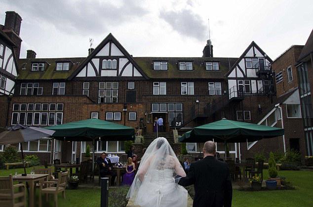 Pareja que recibió desastrosas fotografías del día de su boda