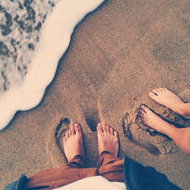 Pies huellas en la arena