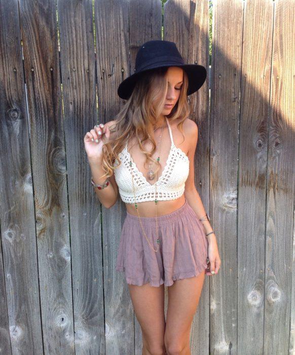 Chica usando un bralette tejido de color blanco