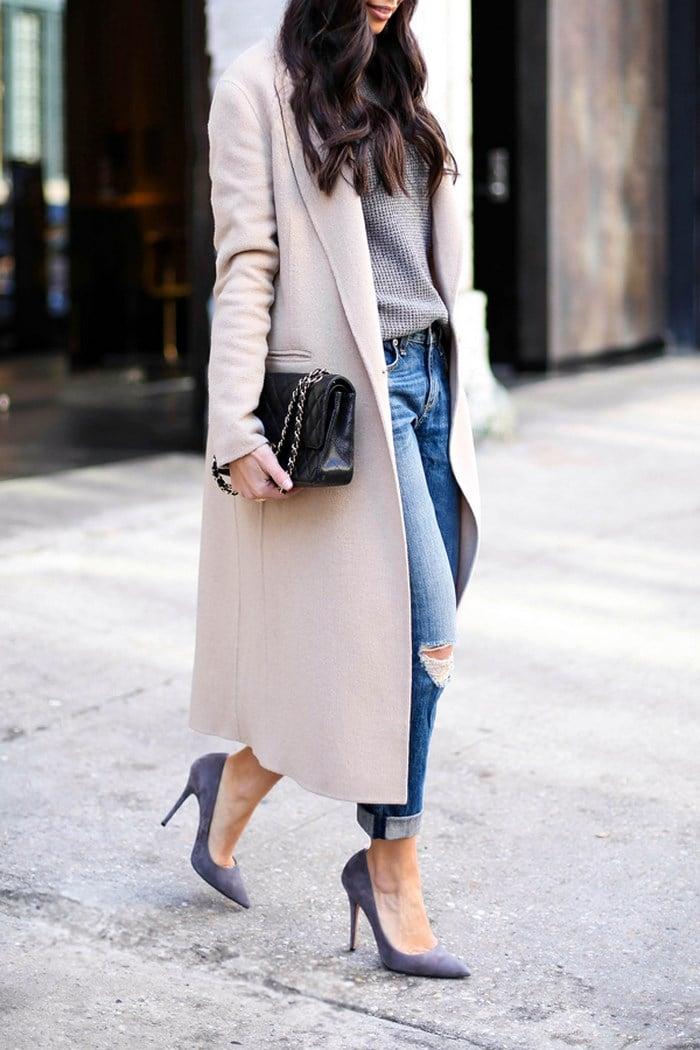 Vestido azul marino con saco beige