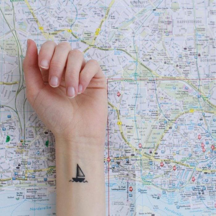 25 tatuajes pequeños y bonitos para mujeres que aman el mar