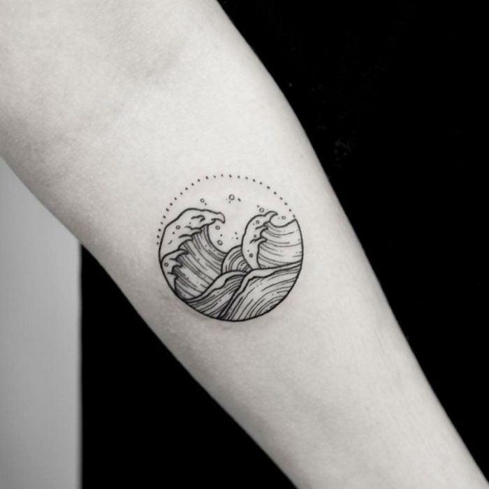 Tatuaje olas en blanco y negro
