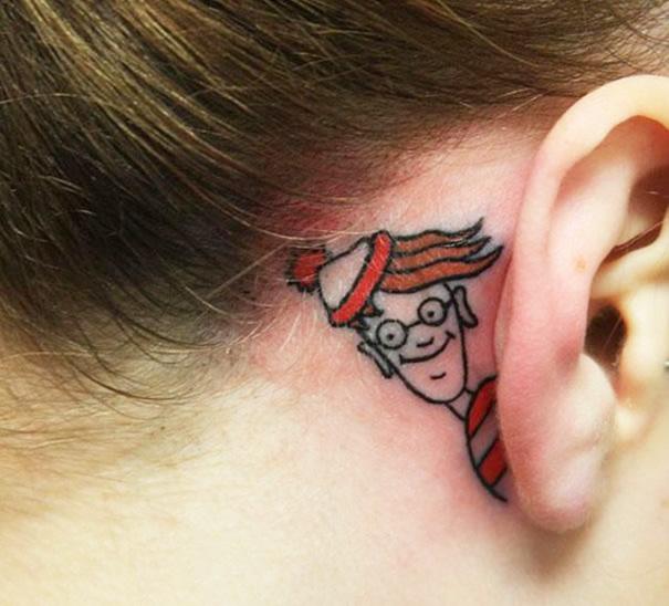 Chica con un tatuaje atrás de la oreja en forma de wlly