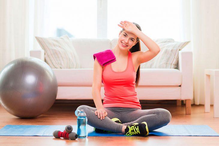 chica haciendo ejercicios en casa