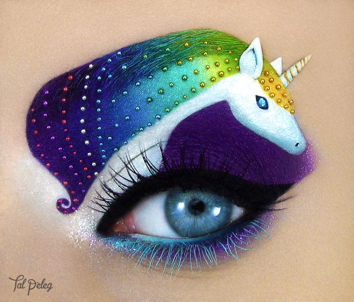 Ojo de una chica usado para pintar un unicornio mágico