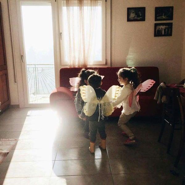 niñas en la sala jugando a las hadas