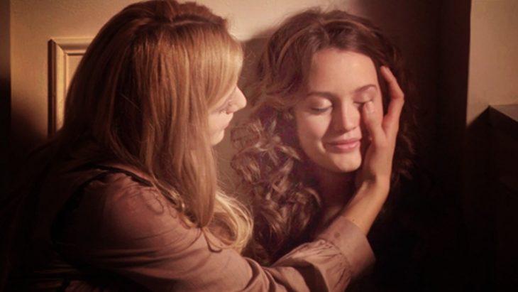 chica limpiando lágrimas de su amiga
