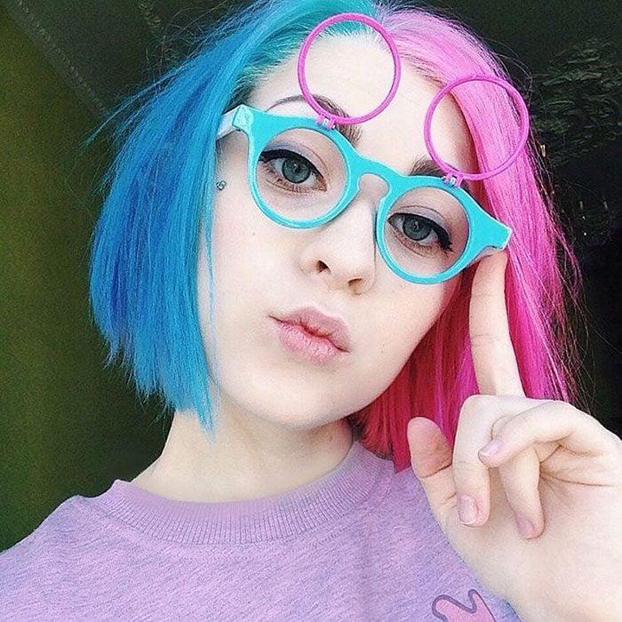 chica con cabello de dos colores diferentes