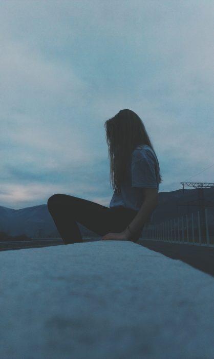 Chica sentada en el suelo