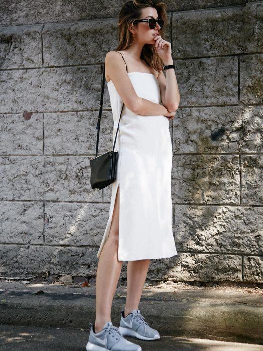 mujer de vestido blanco largo con tenis