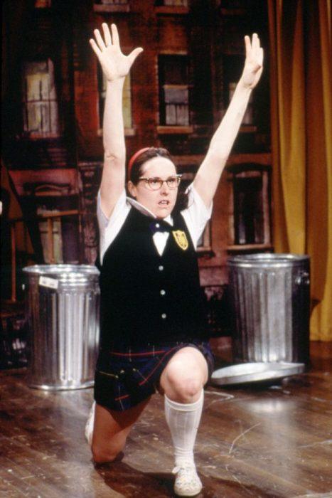 Escena de la película super estrella. Chica levantando las manos