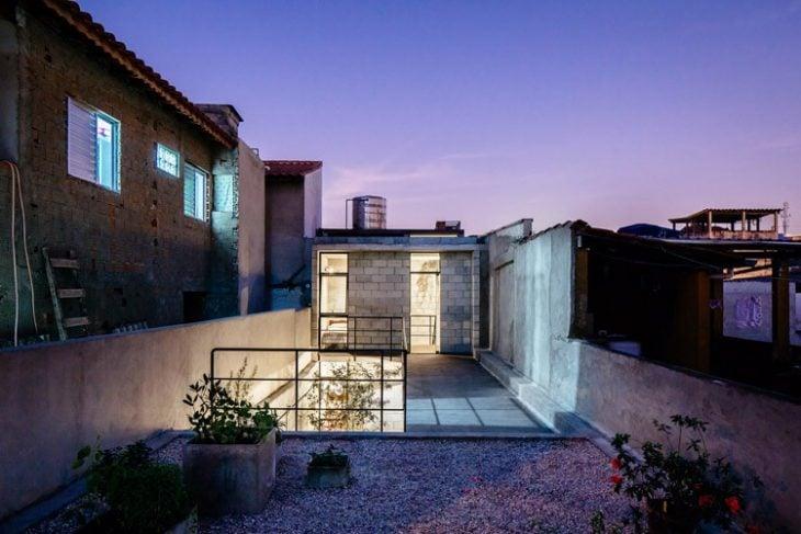 terraza de noche Casa de trabajadora domestica gana premio de arquitectura al edificio del año