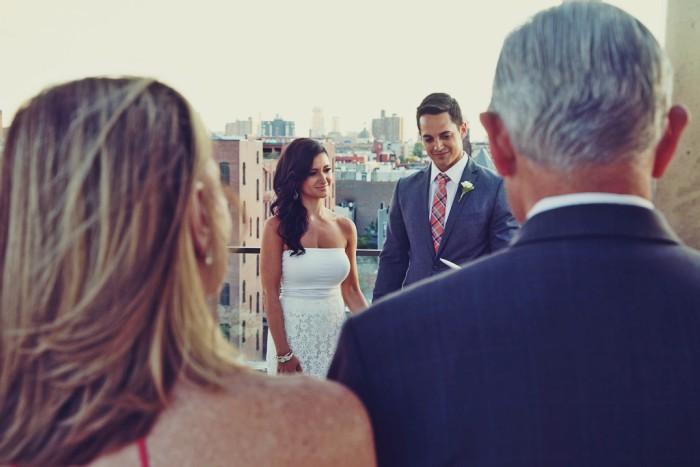 pareja de recien casados y padres de espaldas