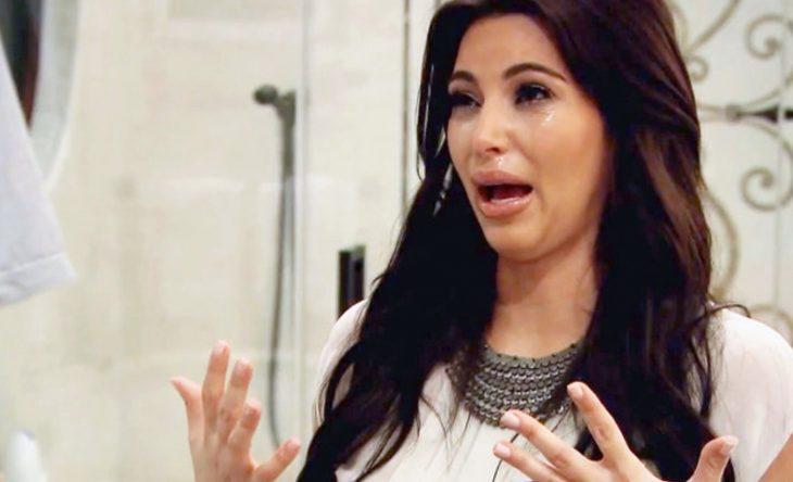 Chica de cabello nergro largo llorando dramatica
