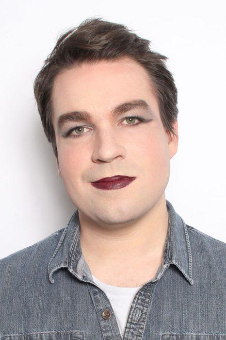hombre blanco cabello castaño de frente labios cafe