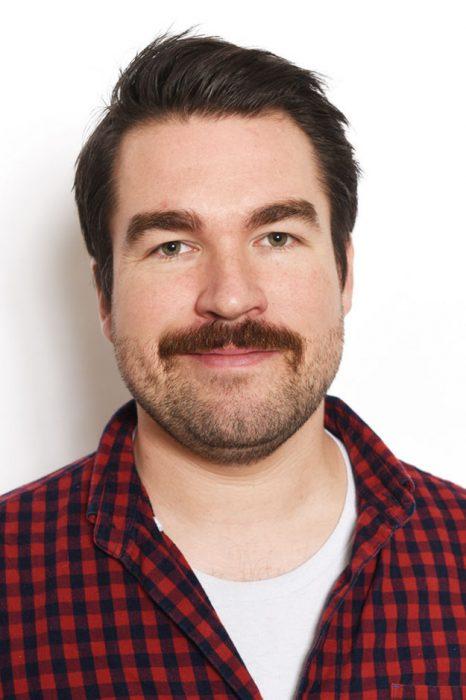 hombre blanco cabello castaño de frente con barba