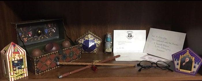 cosas de harry potter en estante Habitación para recién nacido inspirada en Harry Potter