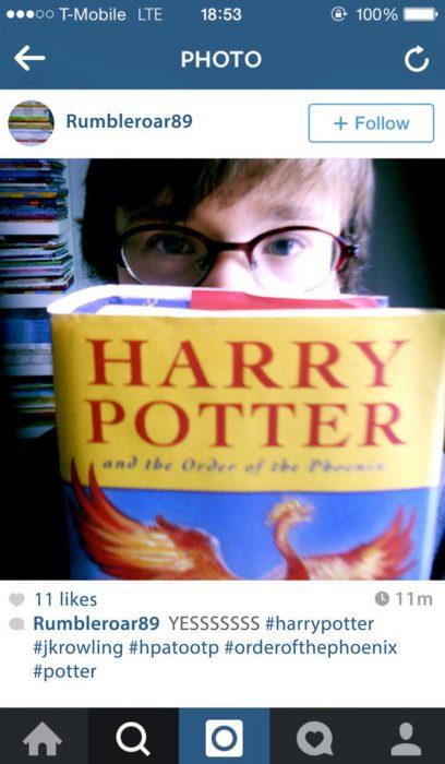 fotografìa en instagram chico leyendo a Harrypotter