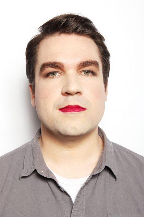 hombre blanco cabello castaño de frente con labial rojo en los labios