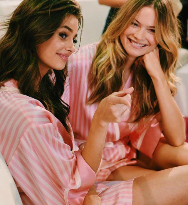 dos mujeres en pijama rosa sonrien