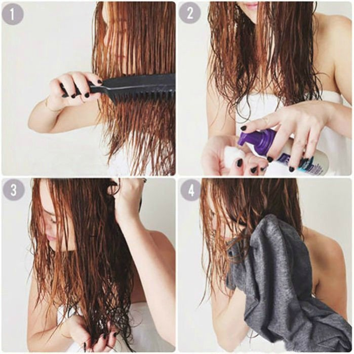 chica peinando sus puntas de cabello