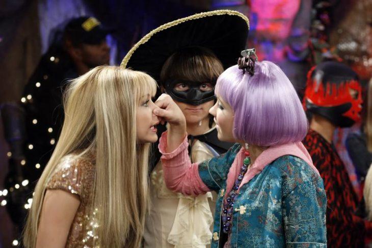 mujer toma la nariz de amiga rubia