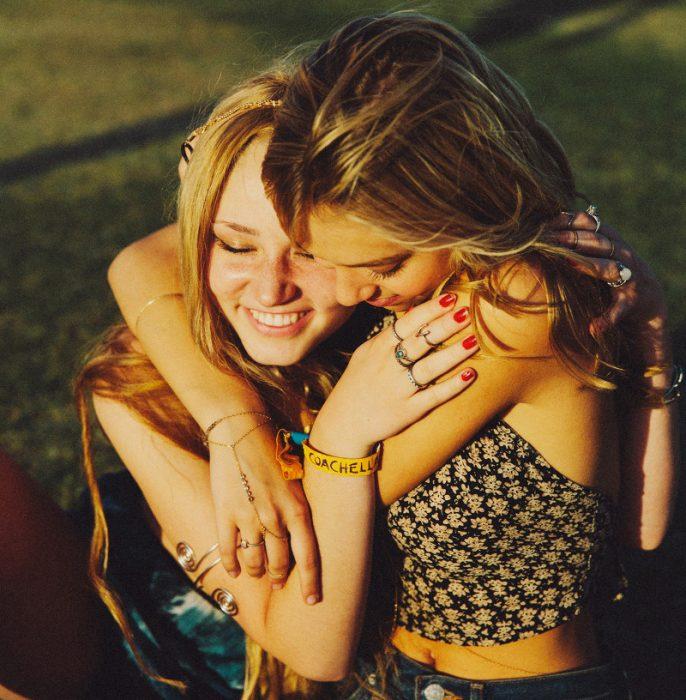 dos chicas abrazadas y sonriendo