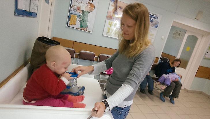 madre en el hospital con su bebe y juguetes