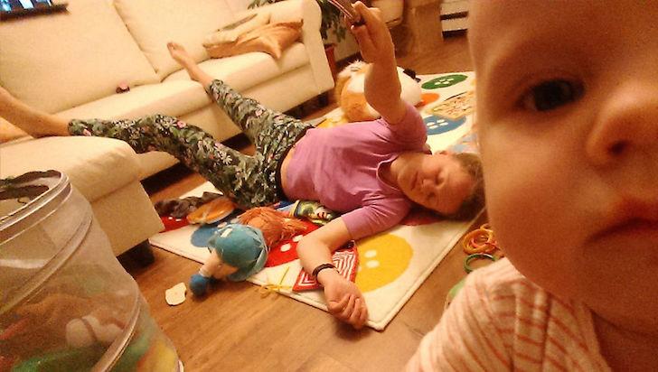 madre en el suelo con juguetes y bebé