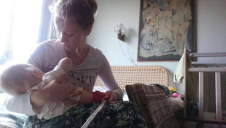 madre en la cama alimenta a su bebé