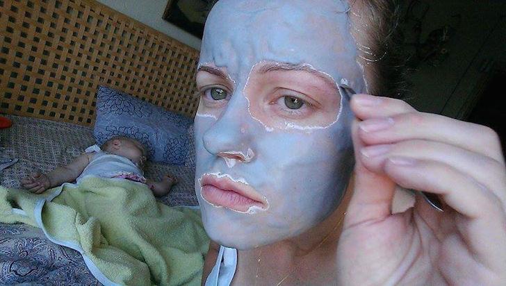 madre aplica mascarilla y se saca la ceja mientras bebé duerme