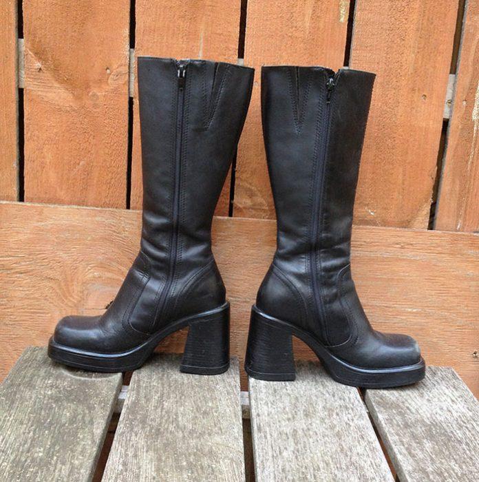 botas negras a la rodilla con tacon cuadrado