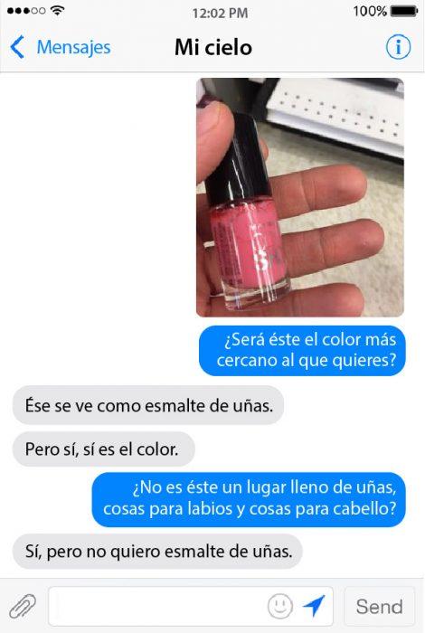 conversacion en chat de pareja foto con mano y esmalte