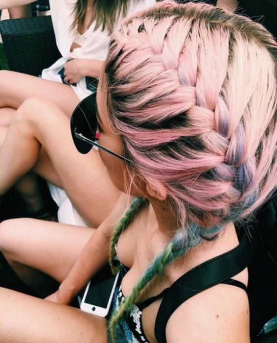 chica con cabello rosa y trenzas