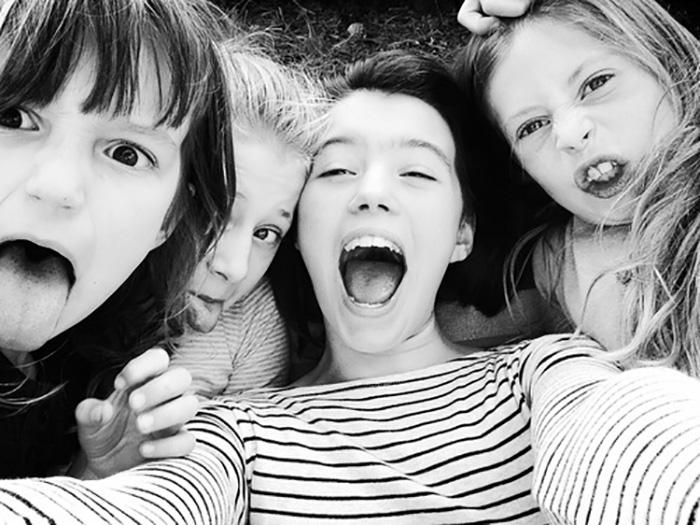 niñas amigas sacando la lengua y selfie