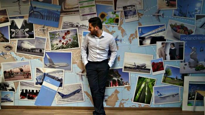 hombre en frente de postales y mural