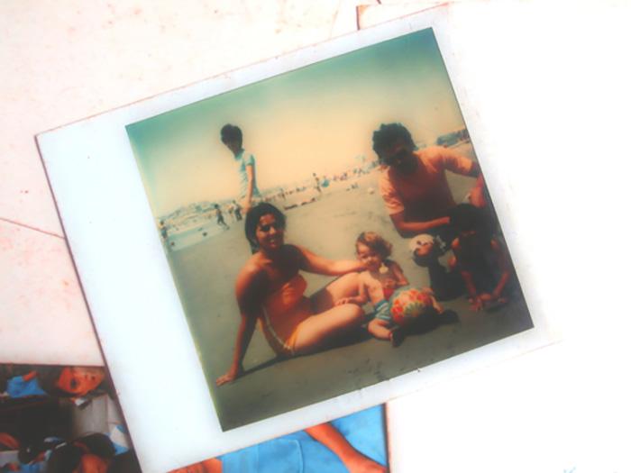 polaroid padres e hijos en la playa