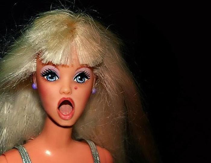 muñeca barbie con boca abierta y acné