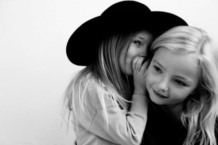 niña sonriendo con sombrero dice secreto