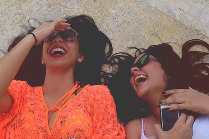 dos chicas en el suelo riendose