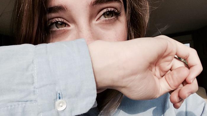 chica linda con mano en la cara y ojos