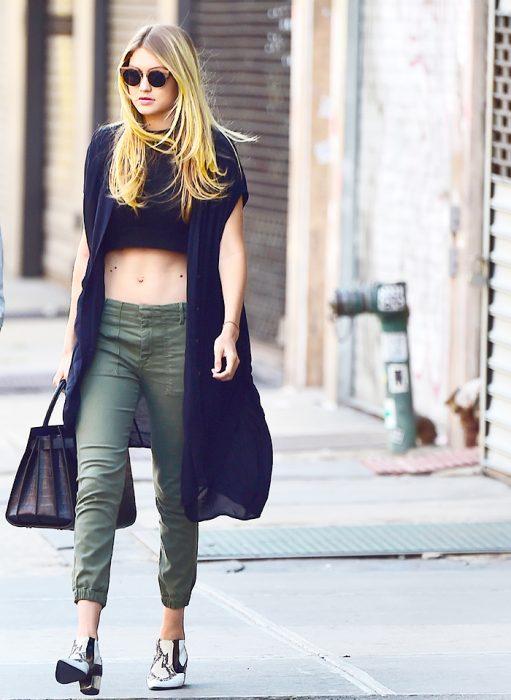 mujer pantalon verde soldado y abrigo negro