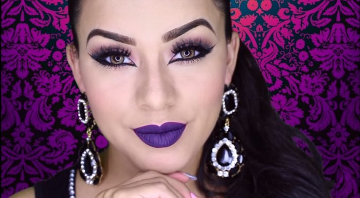 chica maquillada con artes plata tutoriales de maquillaje