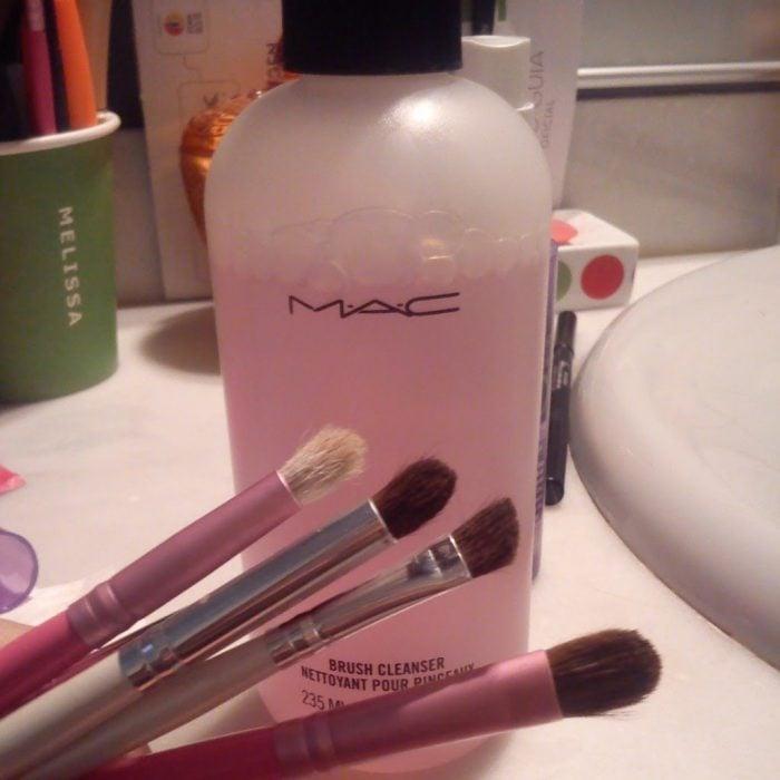locion corporal y brochas de maquillaje