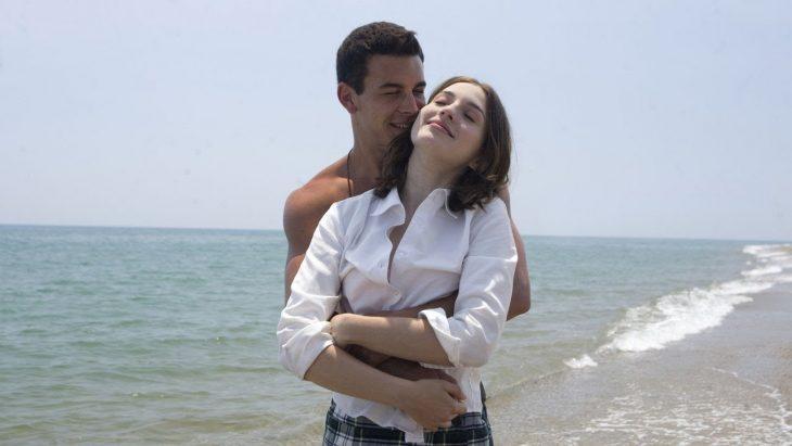 pareja abrazandose en la playa