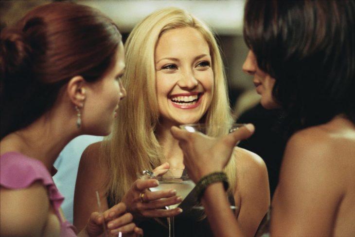 mujeres con copas en las manos y sonriendo