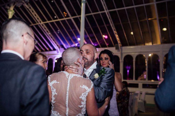 Joan y Craig con la cabeza afeitada en su boda