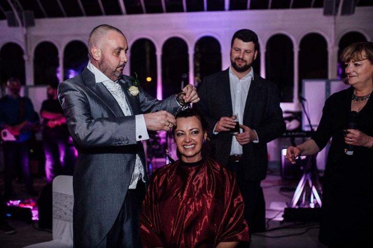 Craig cortándole el cabello a Joan